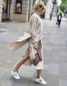 Long sweater dress, cardigan and kicks Langes Pulloverkleid, Card Look Street Style, Street Looks, Long Sweater Dress, Dress With Cardigan, Wool Cardigan, Cotton Sweater, Mode Outfits, Fashion Outfits, Womens Fashion