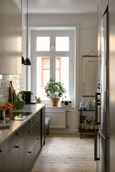 〚 Black and white scheme, living plants and interesting details: cozy apartment in Stockholm sqm) 〛 ◾ Photos ◾Ideas◾ Design Home Interior, Kitchen Interior, Interior And Exterior, Interior Design, Stockholm Apartment, Cozy Apartment, Scandinavian Loft, Kitchen Dining, Kitchen Cabinets