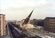 BERLIN 1985, an der Bernauer Strasse, Sprengung der Versöhnungskirche auf dem 'Todesstreifen' durch die Grenztruppen
