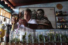 La Bodeguita del Medio, uno de los rincones más bohemios de la capital de Cuba y famoso por su cocina criolla, cumple hoy 26 de abril 70 años de vida. Foto: Ismael Francisco