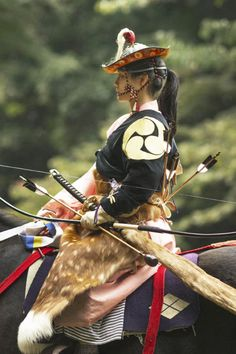 Japanese Cosplay Japanese horse back archery, Yabusame 流鏑馬 - At the budo, or martial arts, tournament and exhibition at Tokyo's Meiji Shrine a few weeks ago I saw this wonderful performance of Yabusame or mounted horse archery. I have written previousl… Japanese Culture, Japanese Art, Japanese Female, Japanese Folklore, Traditional Japanese, Samurai Girl, Mounted Archery, Meiji Shrine, Mixed Martial Arts