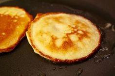 Deze amandelmeel pannenkoek is glutenvrij en koolhydraatarm. Hij is erg geschikt als ontbijt omdat het een stevige en goed vullende pannenkoek is.