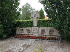 """På vej til en """"reunion"""" med gamle studiekammerater i Vorbasse lagde jeg turen omkring Randbøl kirkegård for at se et mindested for 5 flyvere fra Lancaster III PB292, der blev skudt ned 27. august 1944."""