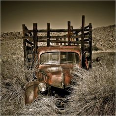 An abandoned truck located in the desert of Eastern Sierra, California Stock Photo - 5355046
