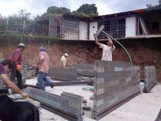 Montagem de estrutura na Costa Rica, utilizando tecnologia em plástico (Reprodução/Facebook)