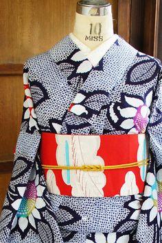 総絞り風の型染めも愛らしく、大輪の向日葵の花が染め出された注染レトロ浴衣です。