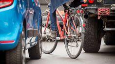 Sie öffnen die Autotür mit der linken Hand? Die Niederländer machen es anders, und gehen damit allen anderen Autofahrern mit gutem Beispiel voran. Radler, Bicycle, Vehicles, Autos, Intensive Care Unit, Small Cars, Bicycling, Bicycle Kick, Rolling Stock