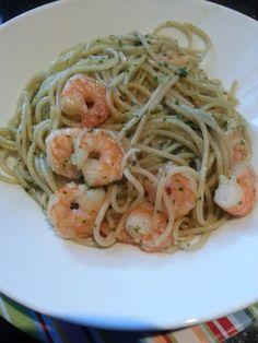 Knoflook Spaghetti met Garnalen     4 tenen knoflook  bosje peterselie  1 limoen  500 gram spaghetti  500 gram cocktail garnalen, staar...