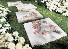 Flores, não só nos canteiros, mas também desenhados   ou pintados em caminhos de cimento.  Irregulares e atraentes