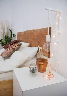 schlafzimmer lampe wandlampe rustikales bettkopfteil weiße wände