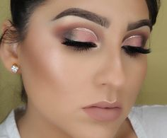 Very nice makeup. I would add some huge earrings for evening out at some ceremony. You could take this make up and during the day regardless of the discrete glittering line drawn just above the eye. Gorgeous Makeup, Nice Makeup, Blusher Makeup, Orange Lipstick, Makeup Trends, Makeup Ideas, Basic Makeup, Glitter Eyeliner, Spring Art