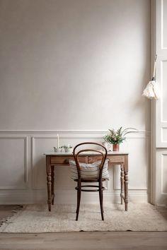 Colore pareti Kinfolk style a casa di Nina Plummer studio Home Interior, Interior Decorating, Interior Design, Kinfolk Style, Bentwood Chairs, Farmhouse Side Table, Home And Deco, Creative Home, Traditional House