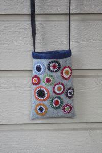 Prickväskafärdig Swedish Embroidery, Wool Embroidery, Felt Crafts, Fabric Crafts, Diy And Crafts, Textiles, Felt Art, Small Rugs, Sewing Hacks
