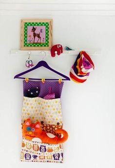Sy søde gulvposer og praktiske ophæng til opbevaring af alverdens rod,legetøj og dimsedutter.
