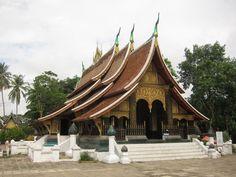 Le Wat Xieng Thong est caractéristique de l'architecture de Luang Prabang, avec ses pans de toits qui descendent presque jusqu'au sol. (Photo prise par isriya)