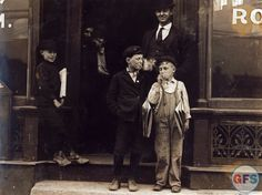 vintage-photograph_smoking-newsboys-1910-st-louis.jpg (JPEG Image, 2500 × 1869 pixels) - Scaled (35%)