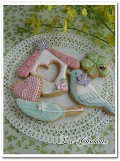 very springy cookies- bird house, bird, feather Bird Cookies, Fancy Cookies, Valentine Cookies, Cute Cookies, Easter Cookies, Royal Icing Cookies, Cookies Et Biscuits, Cupcake Cookies, Sugar Cookies