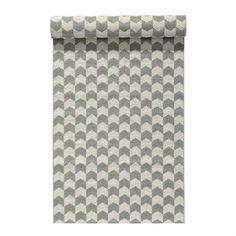 Het Knit vloerkleed concrete is een modern plastic vloerkleed geïnspireerd op de traditionele tricotsteek en het Scandinavische handwerk. Het heeft een mooie kleurencombinatie van wit en een lichte warme grijze tint en is geschikt voor de meeste interieurs. Het is zeer duurzaam en gemakkelijk schoon te maken, past het perfect in de keuken, de hal en andere veelgebruikte oppervlakken.
