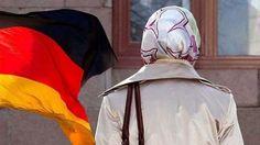 Almanya'dan flaş başörtüsü kararı Almanya Anayasa Mahkemesi'nin başörtüsü ile ilgili kararının ardından Bremen eyaletinde kadın öğretmenlerin derslere başörtüsü ile girmelerine izin verildi. TRT Türk Haberler