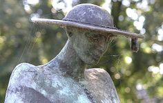 """Knegsel - Bronzen beeld """"De Pastoor"""" van de Beeldhouwster Tjikkie Kreuger"""