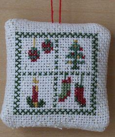 Déco coussinet pour le sapin de Noël! ou vous pouvez aussi l'accrocher à une poignée de porte ou d'armoire...
