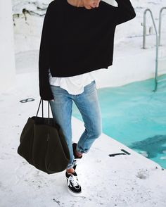 tenue-pull-oversize-noir-t-shirt-a-col-rond-blanc-jean-boyfriend-bleu-clair-baskets-basses/ - The world's most private search engine Looks Street Style, Looks Style, My Style, European Street Style, Vans Outfit, Outfit Jeans, Baggy Sweater Outfits, Light Blue Jeans Outfit, Vans Old Skool Outfit