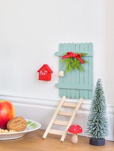 DIY - eine märchenhafte Wichteltür basteln Bricolaje: retoque una puerta de cuento de hadas y manualidades Decoration Christmas, Christmas Crafts, Kids Christmas, Diy Niños Manualidades, Diy Tumblr, Navidad Diy, Fairy Doors, Diy Door, Diy Crafts For Kids