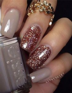 Stunning Glitter Nail Designs Glitter nail art designs have become a constant favorite. Almost every girl loves glitter on their nails. Glitter nail designs can give that extra edge to your nails and brighten up the move and se… Fall Nail Art, Fall Nail Colors, Glitter Nail Art, Rose Gold Glitter Nails, White Glitter, Glitter Manicure, Bright Colors, Glitter Top, Gold Sparkle