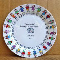 A tányér peremén a gyerekek figurája, ovis jele és neve, középen kedves felirat az óvónéninek.