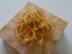 Lembrancinha para Casamento,Aniversario,Padrinhos  Caixinha em MDF  Revestido em tecido,Fita de voal e biju, tamanho 5x5x5 cm
