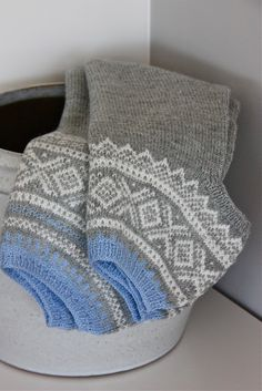 """Dronning Maud: """"Marius"""" i ny drakt og eplemuffins! How To Start Knitting, Warm Outfits, Nordic Style, Brown And Grey, Handicraft, Hand Knitting, Knit Crochet, Shades Of Blue, Wool"""