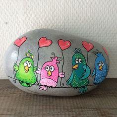 Små fugle der giver kærlighed ❤️ Kig forbi min Facebook side 🔵 Stonepainting By Mie Steen🔵 #fugle #hjerter #birds #artwork #artstones #stones #stoneart #stonedeco #stonedrawing #stonepainting #stenfrastranden #loverocks #miesteen #maledesten #malerstenfrastranden #