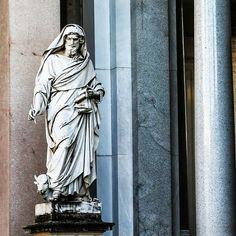 Этот красивый мужчина  - Св. Лука. Очень скромный - стоит в углу портика невероятной базилики Сан-Паоло-Фуори-ле-Мура в Риме.