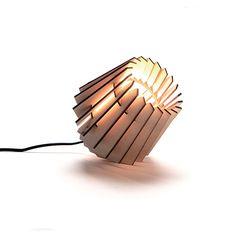 De Mini-spot wordt gemaakt in een sociale werkplaats in Amsterdam met een lasersnijder. De lamp is gemaakt van onbehandeld MDF, waardoor hij lichtbruin van kleur is. Het snijden met de laser maakt de randen donker en stoer. Alle andere onderdelen, zoals de kabel en fitting, zijn zwart. <strong>Product info</strong> Materiaal: Lasergesneden MDF Fitting: E14 fitting Max watt: 40 watt Afmetingen: 16 x 16 x 16 cm Gewicht: 0,5 Kg <strong>Gratis verzending bij bestellingen ...