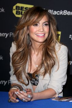 Jennifer Lopez Hair highlights including sandy blondes, fudge and caramel browns which compliments her skin tone. Highlights are finely weaved to keep the color looking natural.