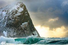 Surfer en Norvège.