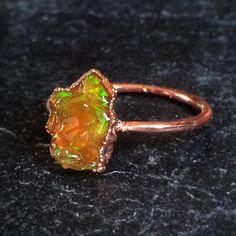 Grote ruwe oranje Opal Ring | Electroformed van koper | Ethiopische Welo opaal | Rode groene flits | Flitsende Stone | Grote opaal | Ruwe opaal  Over de ring:  Deze ring heeft een veel grotere Opal dan die in onze andere aanbieding voor stapelbare/midi Opal ringen. Voor kleinere stenen, bezoek dan deze aanbieding hier:  https://www.etsy.com/listing/286956519/stackable-opal-rings-regular-midi?ref=shop_home_active_8  Ik heb de hand geselecteerd deze Opal niet in mijn persoonlijke voorraad van…