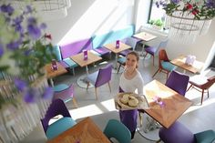 deli bluem: Pflanzenküche trifft TCM. In Wien sprießen vegane Lokale aus dem Boden wie Pilze nach dem... Lokal, Deli, Currys, Birds, Table Decorations, Vienna, Furniture, Places, Home Decor