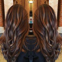 couleur balayage caramel et cheveux avec ondulations