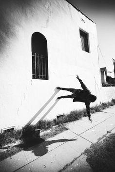 Les photographies légères et aériennes de l'artiste américain Mike Dempsey, basé à Los Angeles, qui s'amuse à défier la gravité dans des compositions s