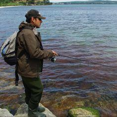 Le repos et la pêche sur la rivière dans le bord de Krasnodar