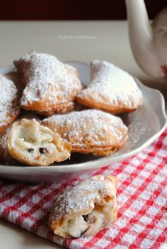 cassatelle with ricotta, sweet ravioli Carnival Italian Cake, Italian Cookies, Italian Desserts, Mini Desserts, Cookie Desserts, Cookie Recipes, Delicious Desserts, Dessert Recipes, Italian Pastries
