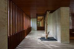 Baum wie eine Skulptur in der Eingangshalle