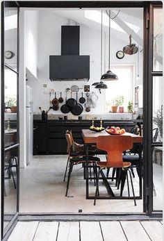 キッチンとダイニングをどのように配置するかによって使い勝手が大きく変わってくる。最近は対面キッチンが大人気で、メーカーもこぞって対面キッチンをラインナップし、主力商品として取り扱っている。でも、みんながみんな同じ対面キッチンが使いやすいとは...