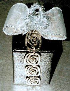 gift wrap - easy - small box only with `leftovers´  a string of a former necklace  -  http://la-couronne.de/