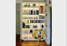 Iluminada com fitas de LED, a estante tem espaço para tudo e ainda deixa o ambiente leve e bonito. A pintura é feita com PU, um tipo de laca mais resistente e que não amarela rapidamente. O projeto é da arquiteta Camila Dias Domingues