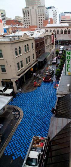 La città australiana ha lanciato un progetto di Street Art che si propone di rivalutare le periferie ridisegnando marciapiedi e aree pedonali. Lo ha realizzato attraverso un attento lavoro di ristrutturazione che punta all'abbattimento delle barriere architettoniche utilizzando un nuovo
