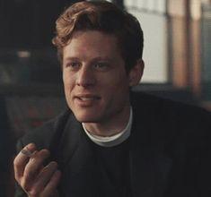 James Norton en Révérend Sidney Chambers fume