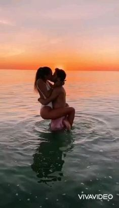 Beach Love Couple, Couple Beach Pictures, Romantic Couple Kissing, Cute Couples Kissing, Cute Love Couple, Photo Couple, Cute Couple Videos, Cute Couples Goals, Couples In Love