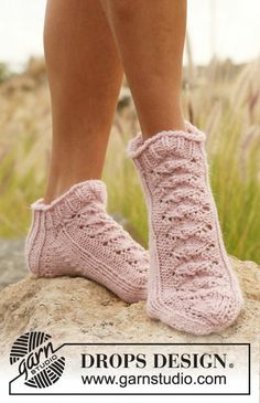 "One Time Dance - Knitted DROPS short sock with lace pattern in ""Nepal"". - Free pattern by DROPS Design Lace Socks, Knitted Slippers, Crochet Slippers, Ankle Socks, Drops Design, Lace Knitting Patterns, Lace Patterns, Knitting Socks, Free Knitting"